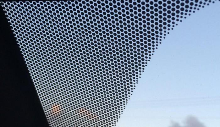 Ştiai asta? Iată ce semnifică benzile şi punctele negre de pe marginile geamurilor şi a parbrizului