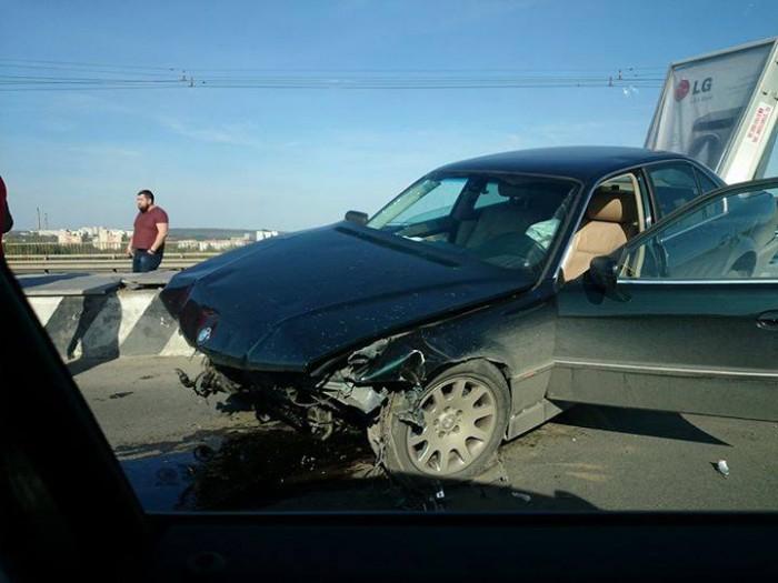 (foto) Accident rutier pe viaduct. Un automobil s-a izbit de un panou publicitar