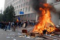 (FOTO, VIDEO) 30 000 de protestatari au spart uşile Parlamentului şi ale Preşedinţiei