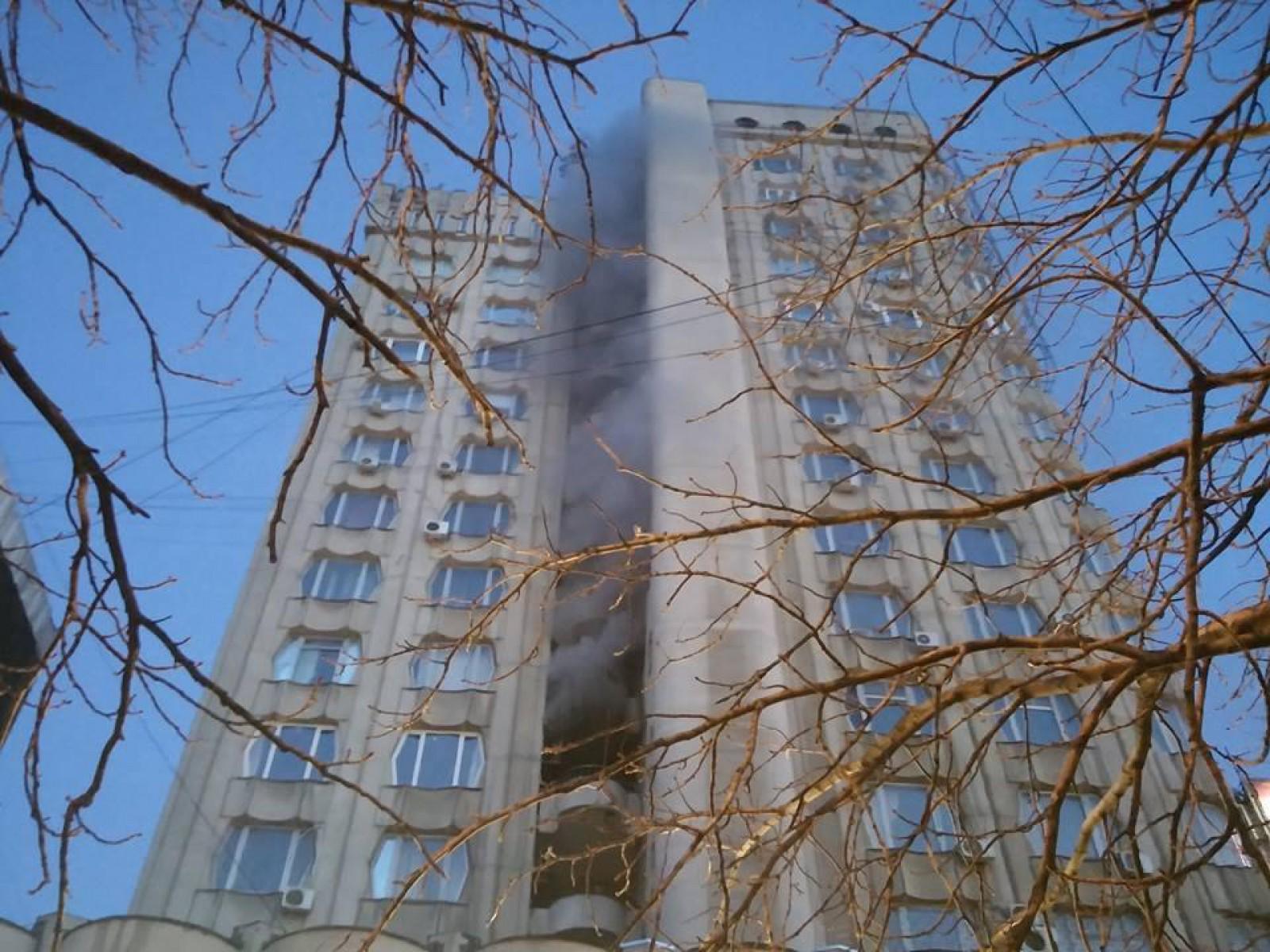 În urma incendiului din sectorul Rîșcani al capitalei, o persoană a fost transportată la spital