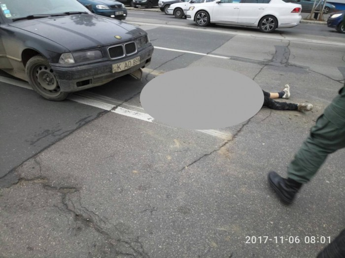 Accident în capitală: Un băiat a fost lovit de o mașină și a nimerit sub alta. A fost nevoie de opt oameni pentru a-l scoate de sub vehicul