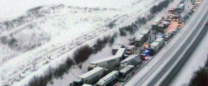 Accident în lanţ produs în condiţii de viscol în Slovacia. Cel puţin 24 de persoane au fost rănite după ce 40 de maşini au intrat în coliziune