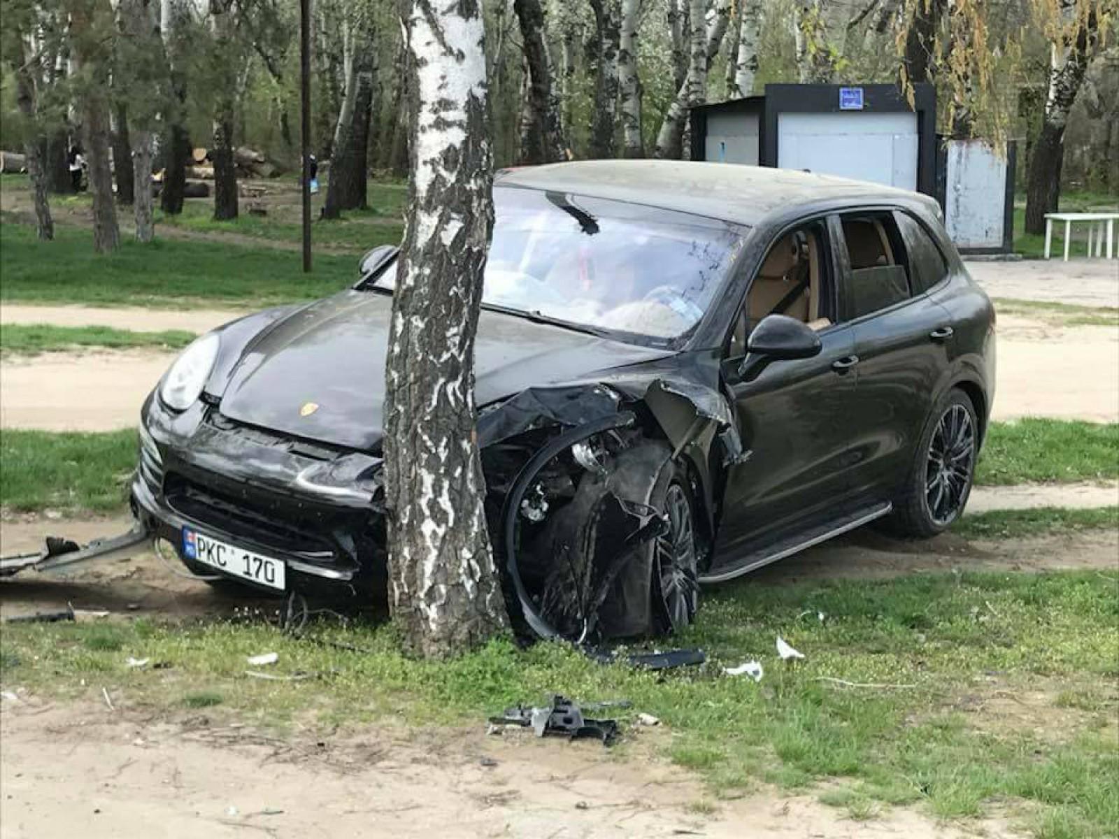 """(foto) Accident violent în capitală. O maşină a fost făcută zob după ce s-a izbit de un copac: """"Ar fi încercat să sperie doi câini"""""""
