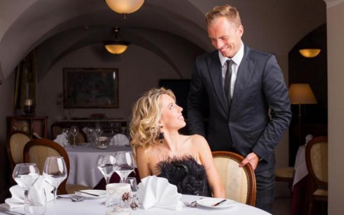 Adevăratul motiv pentru care domnii trebuie să intre primii într-un restaurant