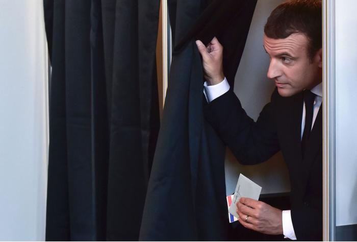 Alegeri parlamentare în Franța: Macron, sub presiune, chiar dacă partidul său a înregistrat câștig istoric