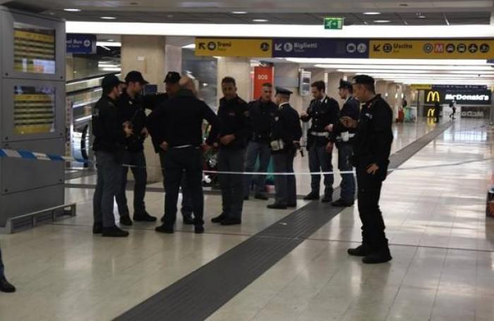 (video) Alertă în Italia: Un bărbat a înjughiat un agent de poliţie şi un militar în gara din Milano