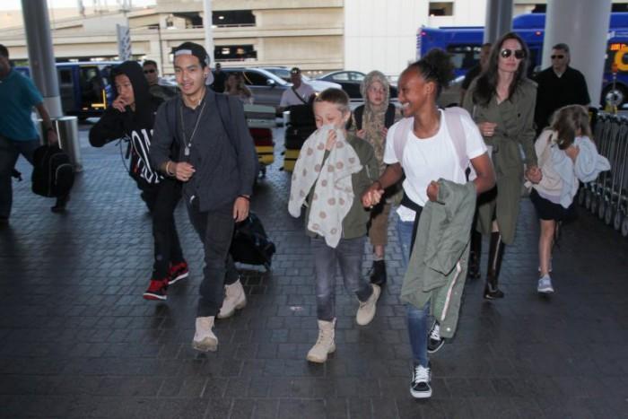 Angelina Jolie a plecat în vacanță cu cei șase copii. Unde a fost Brad Pitt