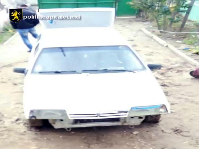 Ar fi furat o mașină din ograda unui bărbat din capitală. Doi tineri de 18 și, respectiv, 19 ani, reținuți