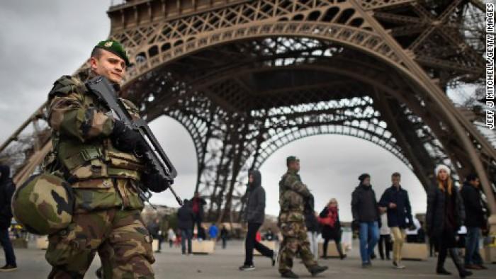 (video) Atac în Paris asupra unui grup de militari: Şase răniţi, doi dintre care în stare gravă, după ce au fost loviţi de un vehicul