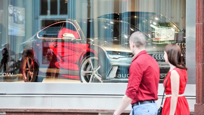 Au dat lovitura. Hoţii au reuşit să fure 13 automobile de lux dintr-un salon auto din Moscova