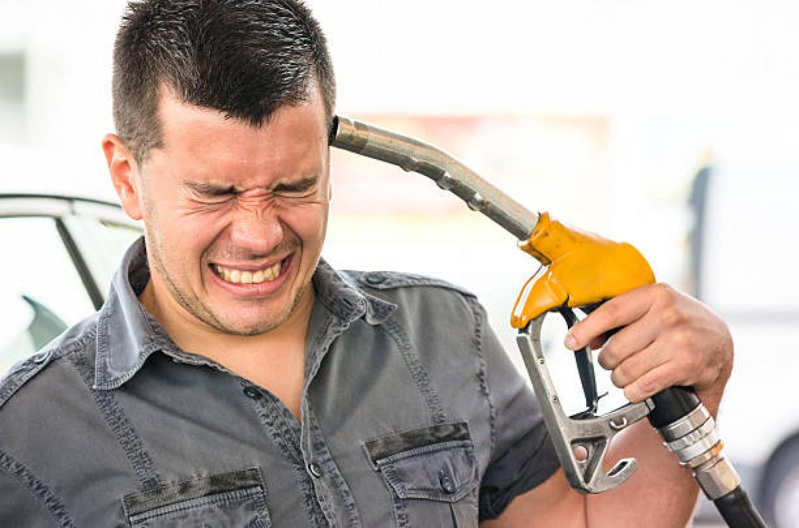 Carburantul care a depăşit valoarea unui euro! Cât a ajuns să coste cea mai scumpă benzină din Moldova
