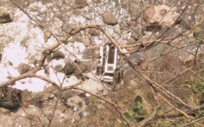 Cel puțin 44 de persoane au decedat după ce un autobuz a căzut într-o râpă în India