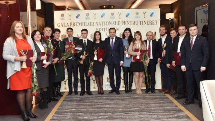 Cele mai active ONG-uri și lucrători de tineret, vor fi premiați în cadrul Galei Premiilor Naționale pentru Tineret 2017