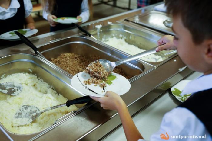 Centrul de Sănătate Publică din Chişinău: Prea puţine fructe şi prea multe făinoase sunt în meniurile elevilor