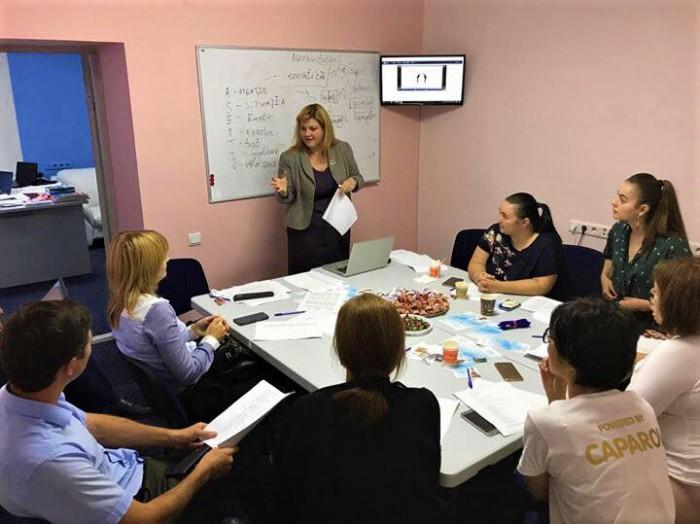 (video) Cinci argumente în favoarea unui curs de limba engleză livrat în Weekend