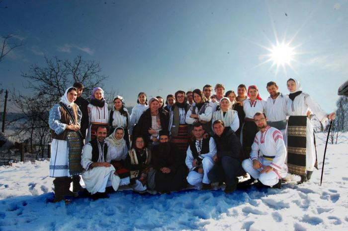 """""""Colindăm Basarabia"""". De Crăciun, un grup de tineri din România își propune să treacă Prutul pentru a colinda în casele din R. Moldova"""