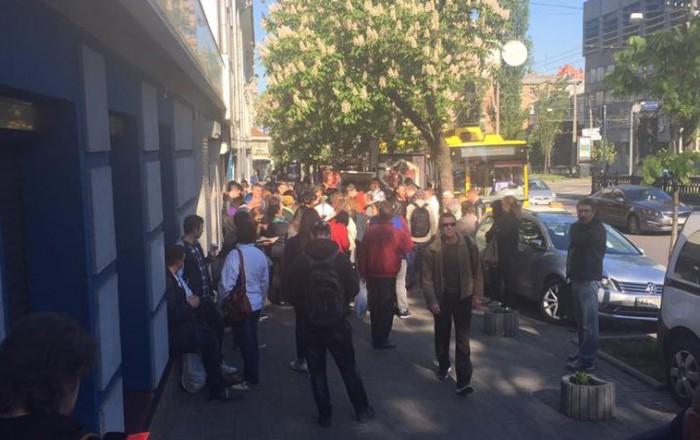 (foto) Cozi interminabile: Sute de ucraineni se îmbulzesc pentru a obține pașapoarte biometrice