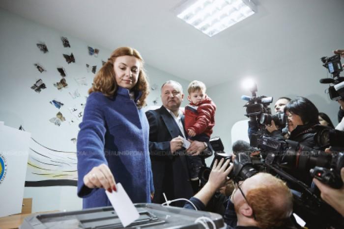 """CV-ul primei doamne: A absolvit două facultăți și vorbește limba """"moldovenească"""""""