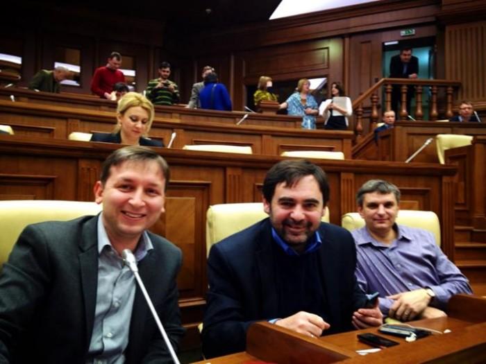 (foto) Deputații PCRM și-au făcut poze în sediul renovat al Parlamentului