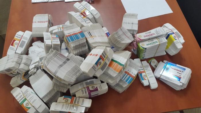 Doi bărbaţi de 25 și 42 de ani, reținuți la vamă cu produse anabolizante: Peste 17.300 de comprimate aveau asupra lor