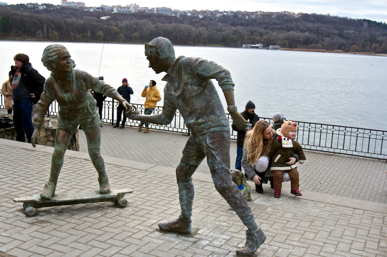 """Doi tineri și un mesaj pe înțelesul tuturor. O nouă lucrare din cadrul proiectului """"Sculpturi care te privesc în ochi"""""""