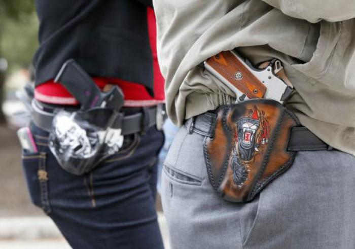 Enoriași încurajați de către pastor să vină cu armele la biserică