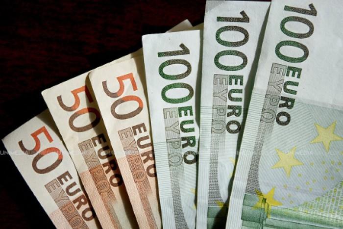 Expert economic: Moldovenii dau pe gratis băncilor 3,4 miliarde lei, dar sunt de aproape 4 ori mai grijulii cu banii lor față de români