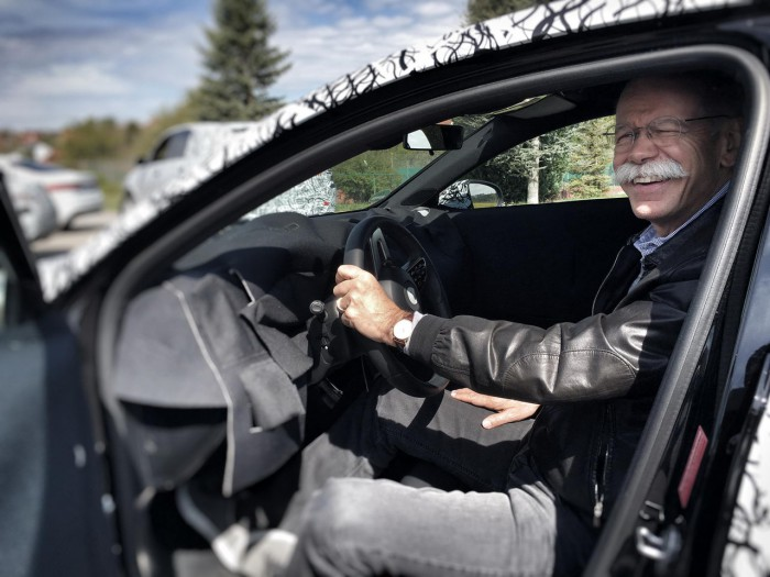 (foto) Şeful Daimler s-a fotografiat alături de noul A-Class şi a făcut imaginile publice
