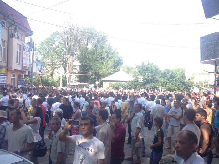 (foto, video) Bălţi: Participanţii la marş, atacaţi cu pietre de statalişti