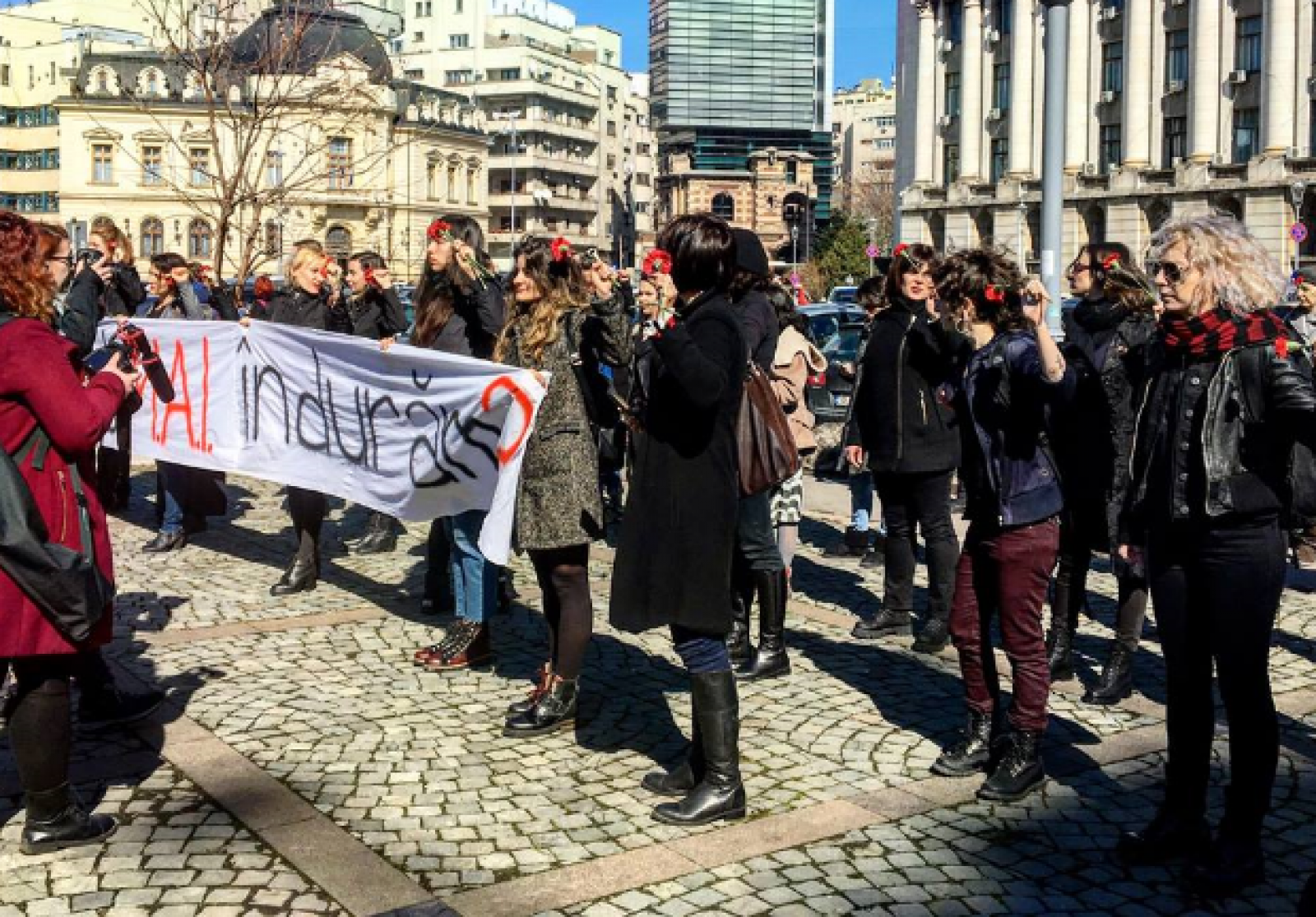 (foto) 8 martie în contraste la București: De la taverne cu flori, la haine negre, garoafe și femei în comunism