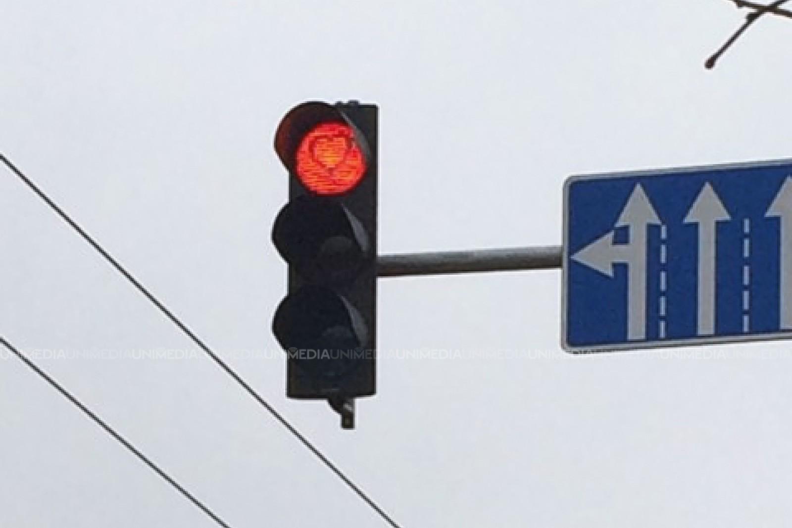 """(foto) În capitală au fost surprinse """"inimioare pe semafoare"""". Ce spune poliția"""