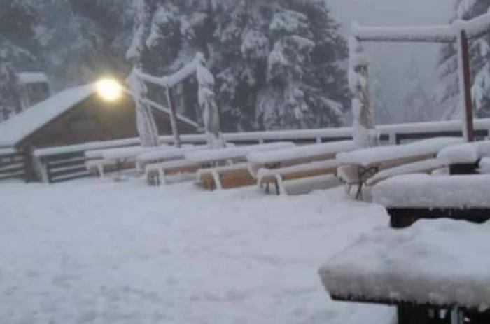 (foto) În România a căzut prima zăpadă. De sâmbăta aceasta este anunțat cod portocaliu de ninsori și viscol în zonele montane