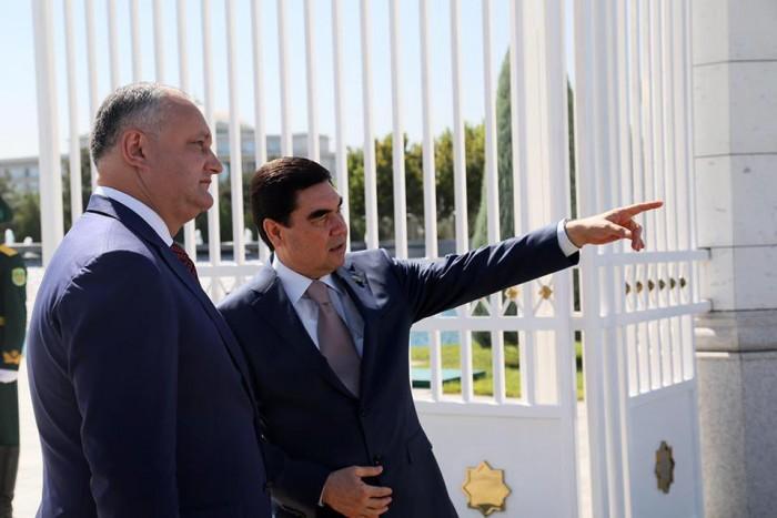 """(foto) Însoțit de Vlah și Greceanîi, Dodon s-a întâlnit cu președintele Turkmenistanului: În semn de profundă gratitudine am oferit """"Ordinul Republicii"""""""