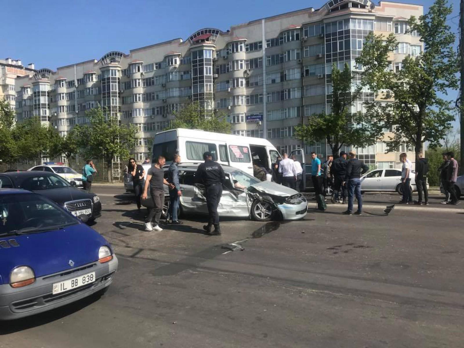 (foto/update) Accident grav în capitală. Două automobile și un microbuz de linie s-au tamponat: Șase persoane au fost transportate la spital