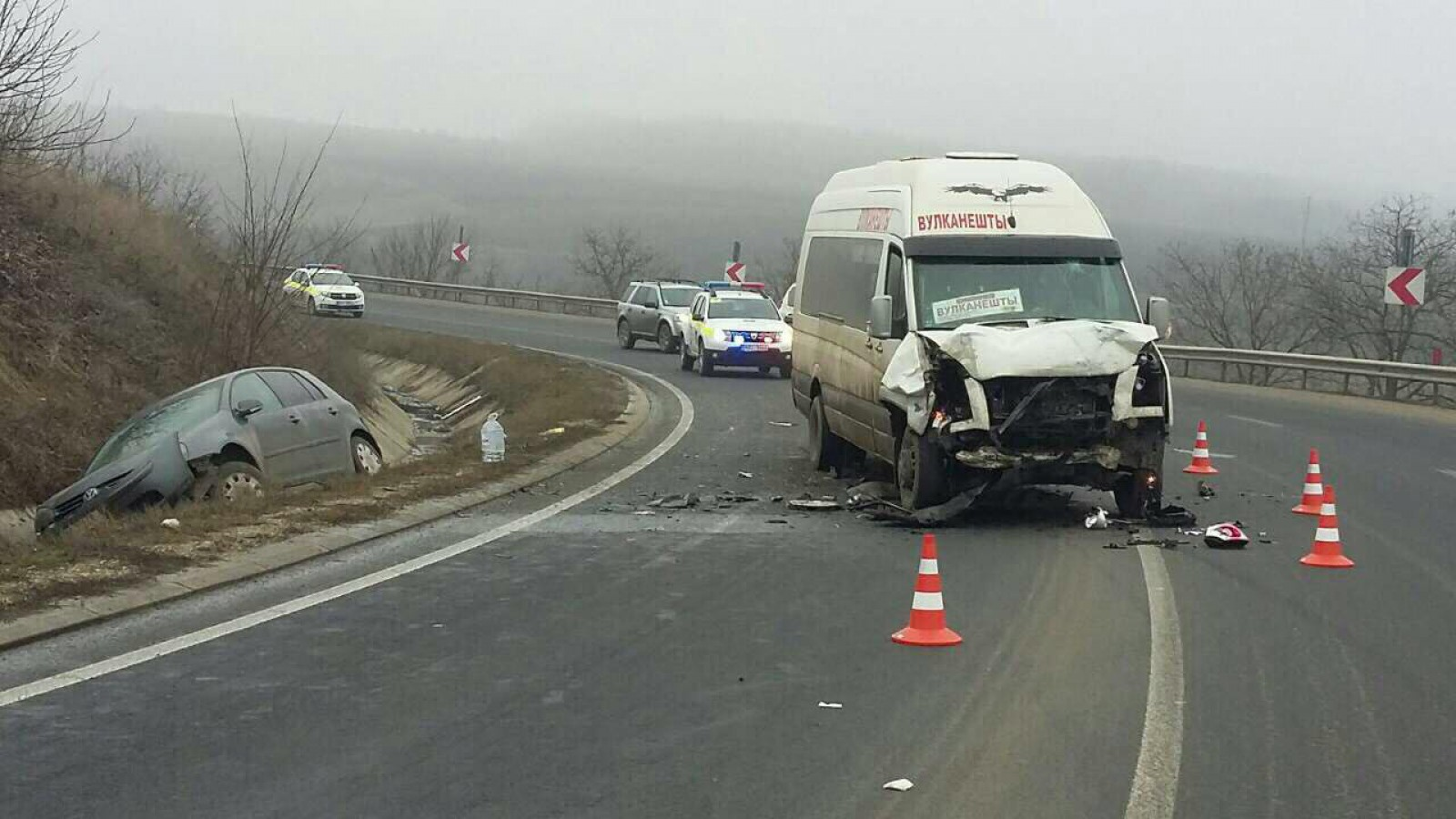 (foto) Accident la Hâncești cu implicarea unui microbuz de rută: O persoană, spitalizată în stare gravă