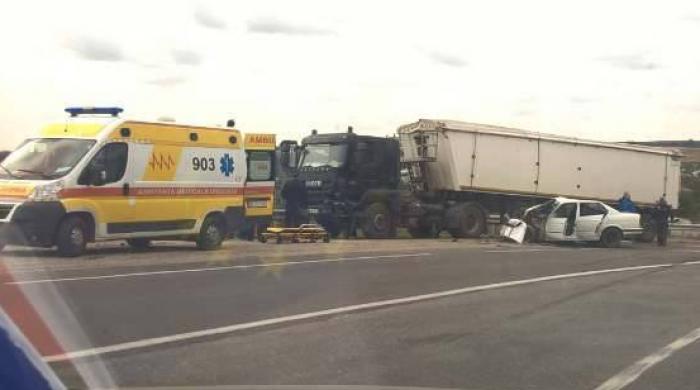 (foto) Accident la intrare în satul Recea: Șoferul a decedat la fața locului, iar fiul lui a fost transportat la spital
