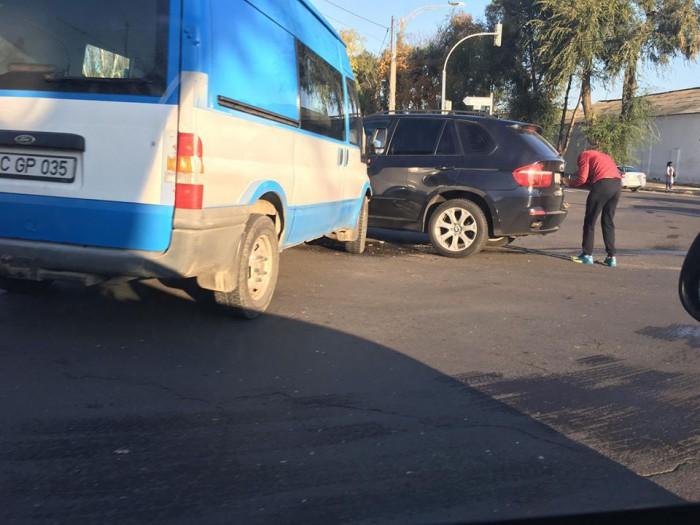 (foto) Accident matinal în capitală. Un microbuz s-a ciocnit violent cu un BMW după ce nu i-ar fi cedat trecerea