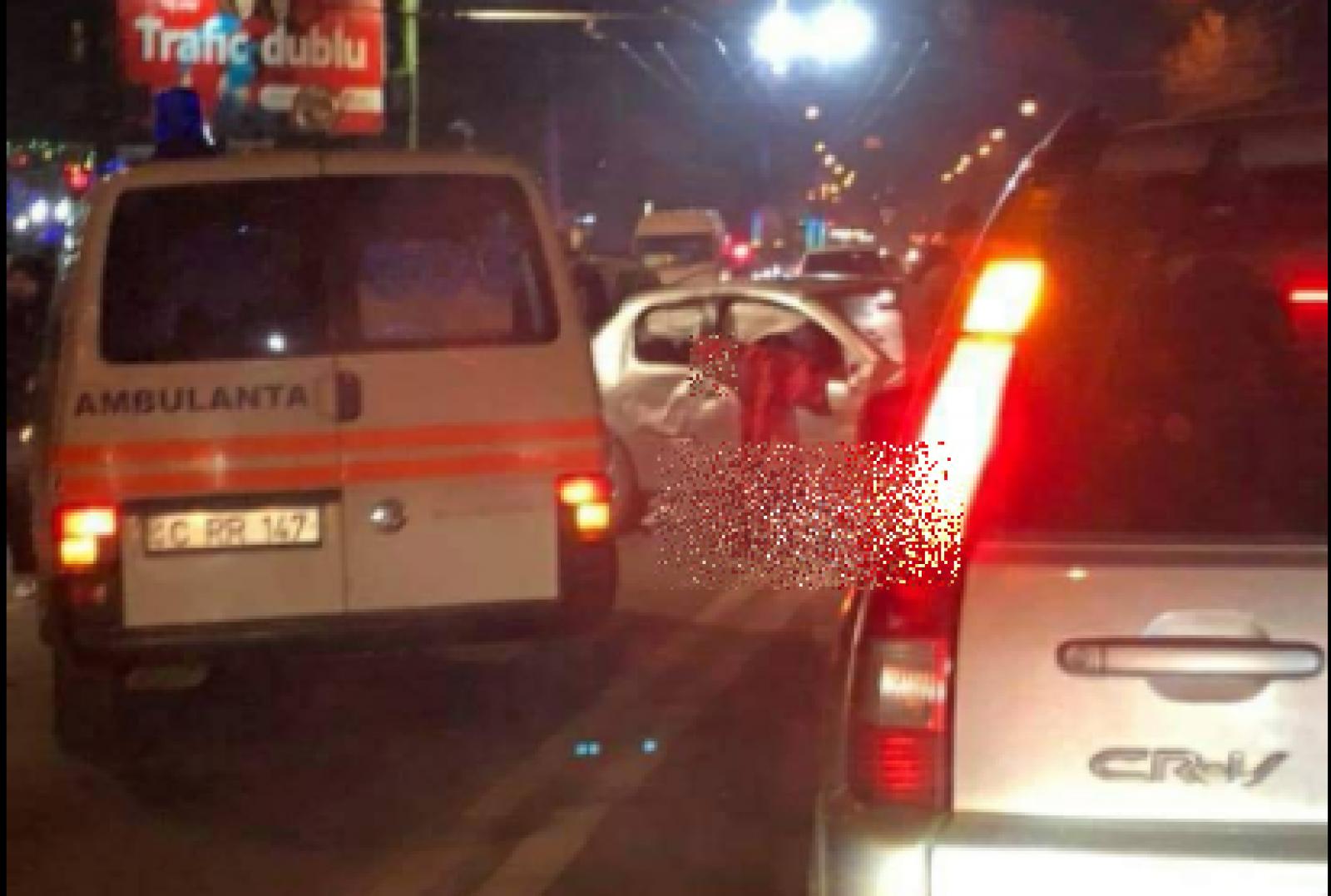 (foto) Accident mortal pe bd. Decebal din Chișinău. Un tânăr și-a pierdut viața după ce mașina în care se afla s-a ciocnit violent cu alta