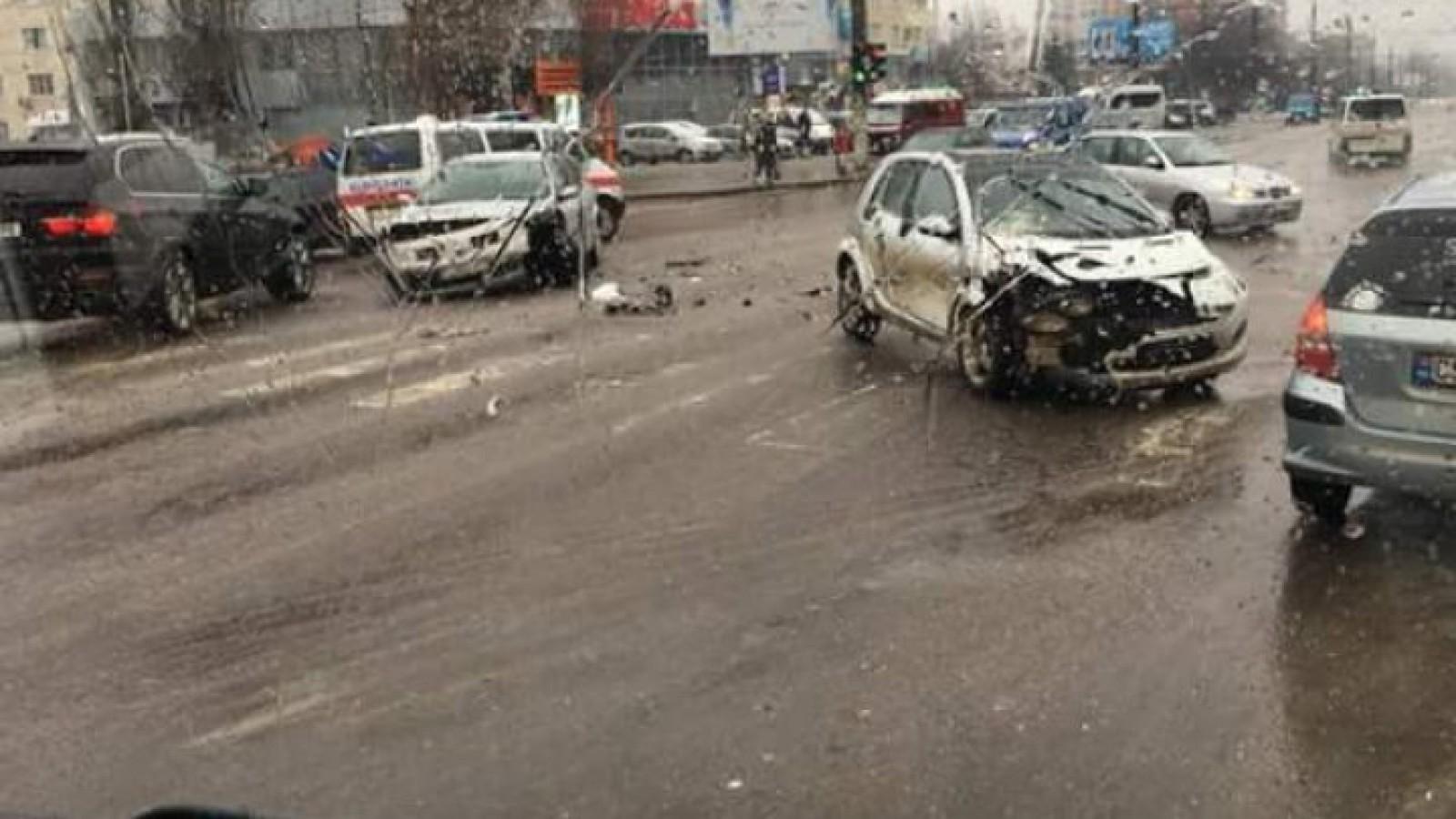 (foto) Accident rutier pe str.Alba Iulia din capitală. În una dintre mașini se afla un minor