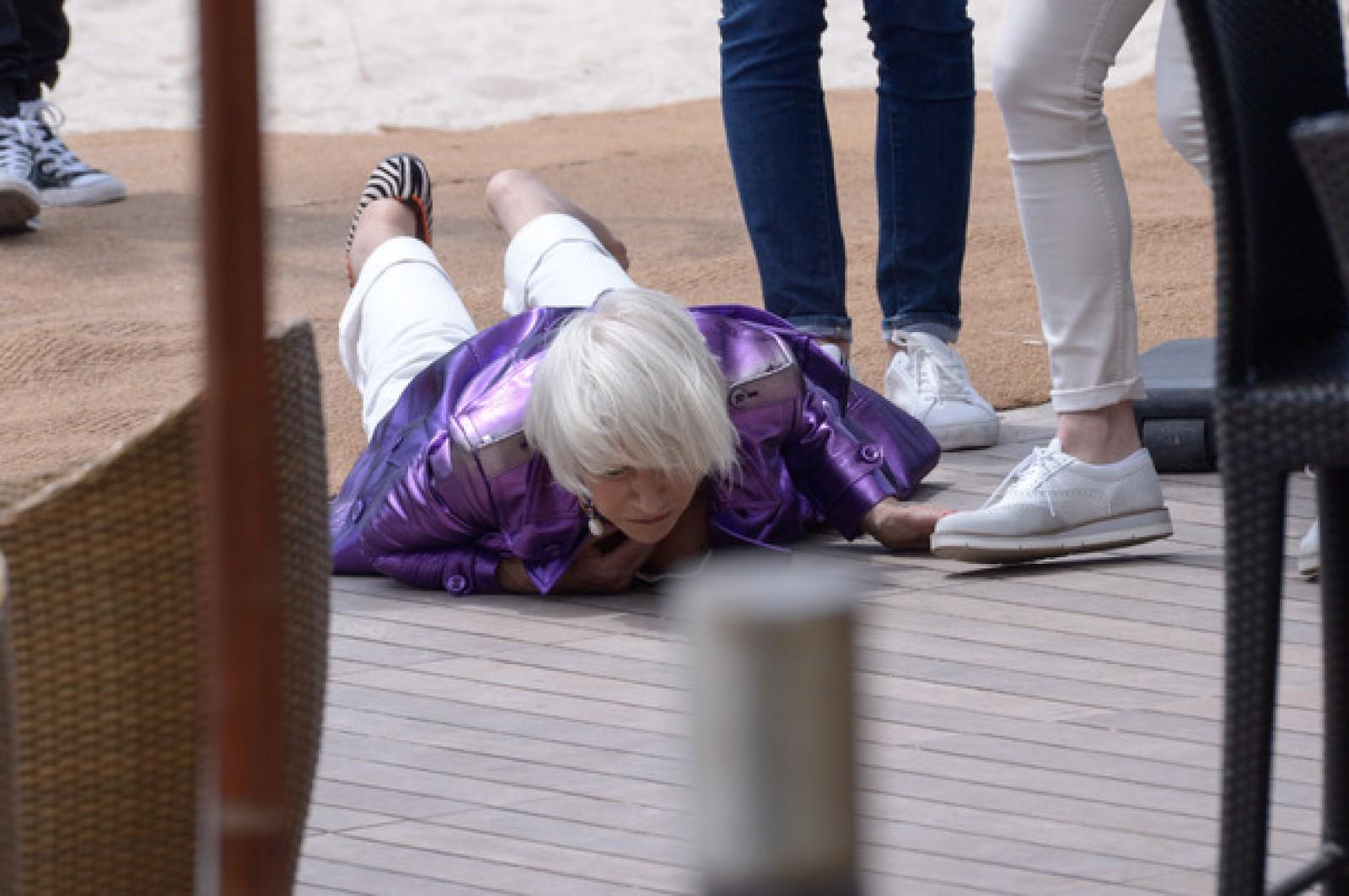 (foto) Actrița Helen Mirren a căzut la finalul unui interviu acordat la Cannes