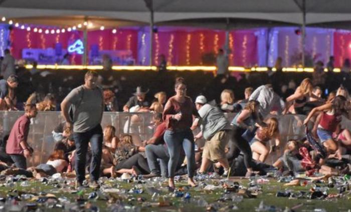 (foto) Atacul din Las Vegas: Numărul de morți a cresut la 59, iar a celor răniți la peste 500. În camera de hotel a atacatorului au fost găsite 23 de arme