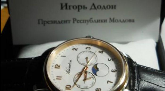 (foto) Ceas personalizat marca Igor Dodon. Cadoul pe care l-a primit un profesor de la Tiraspol