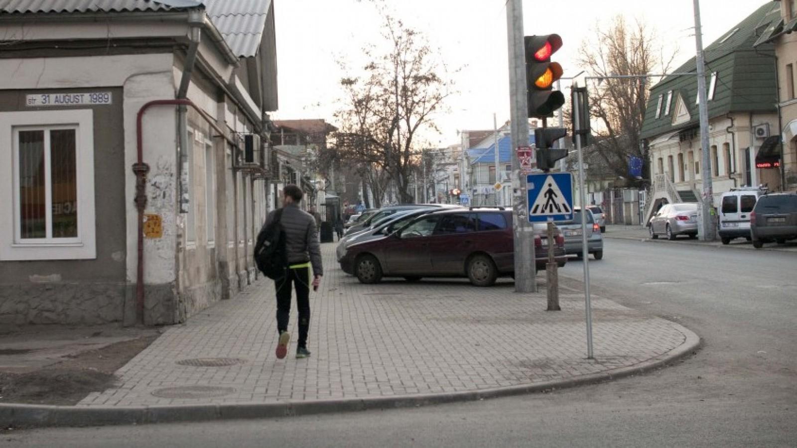 (foto) Chişinău: A blocat o bandă a străzii Vasile Alecsandri pentru că are şase metri în lungime