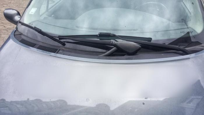 (foto) Chişinău: Un necunoscut a scris un mesaj cu un obiect ascuţit pe capota unui Renault