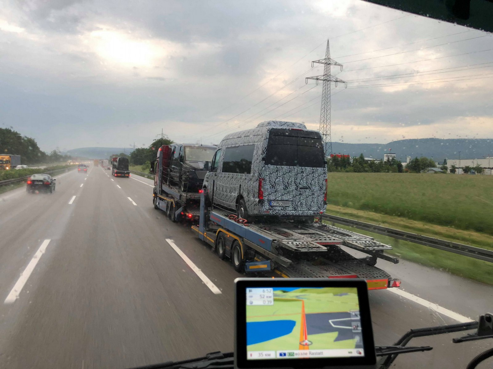 (foto) Comandă specială? Un moldovean a surprins pe o autostradă trei exemplare ale noului Sprinter