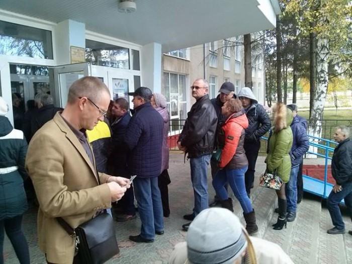 (foto) Alegătorii din stânga Nistrului fac coadă la secția de votare