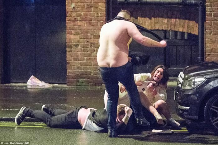 (foto) Depravare în plină stradă de Revelion la Londra! Unii petrecăreți nu au mai putut ajunge acasă