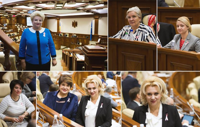 Deputatele, surprinse la Parlament cu panglici roz la piept