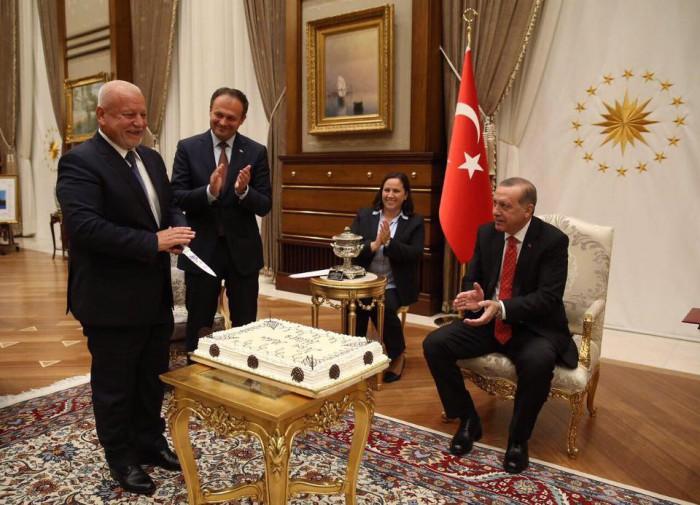 """(foto) Deputatul Nae Simion Pleșca a primit de la președintele Turciei un tort: """"Cadourile ne bucură mereu"""""""