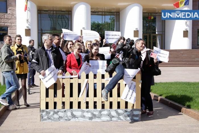 """(foto) Flashmob la Parlament: """"Țarcu-i pentru oi, nu pentru noi!"""""""